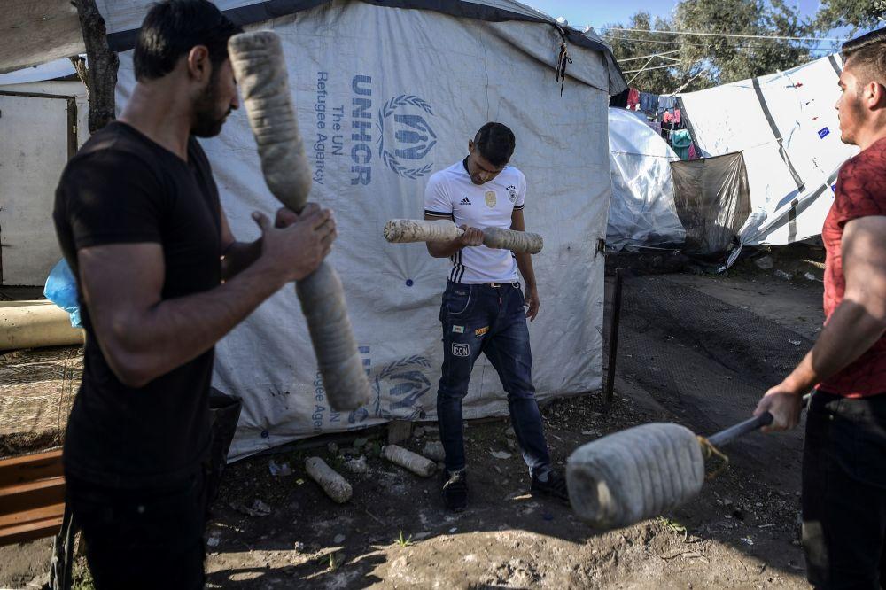 Midilli'deki Moria mülteci kampında antrenman yapan gençler.
