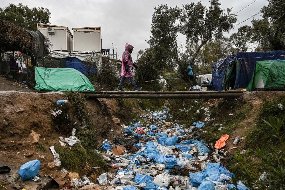 Yunanistan Mülteciler Konseyi hükümetin kapalı kamp kararına yazılı açıklama ile sert tepki gösterdi. Açıklamada, kamp dışında dolaşımın yasak olduğu kapalı sistemle, hassas grup olarak nitelendirilen kadın ve çocukların herhangi bir suç işlemeden özgürlüklerinin ellerinden alınabileceğine dikkat çekildi.