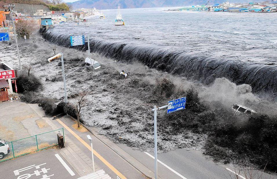 Devasa dalga 11 Mart 2011'de Japonya'nun Miyako bölgesinde 8,9 büyüklüğündeki depremin ardından meydana geldi. Deprem ülke tarihine en güçlü dördüncü deprem olarak geçti. 16,000 kişinin ölümüne neden olan deprem sonrası yaşanan tsunami ise Fukuşima Nükleer Santrali faciasına sebep oldu.  Nükleer kaza 1986 yılındaki Çernobil felaketindne sonra en etkili nükleer kaza olarak kayıtlara geçti.