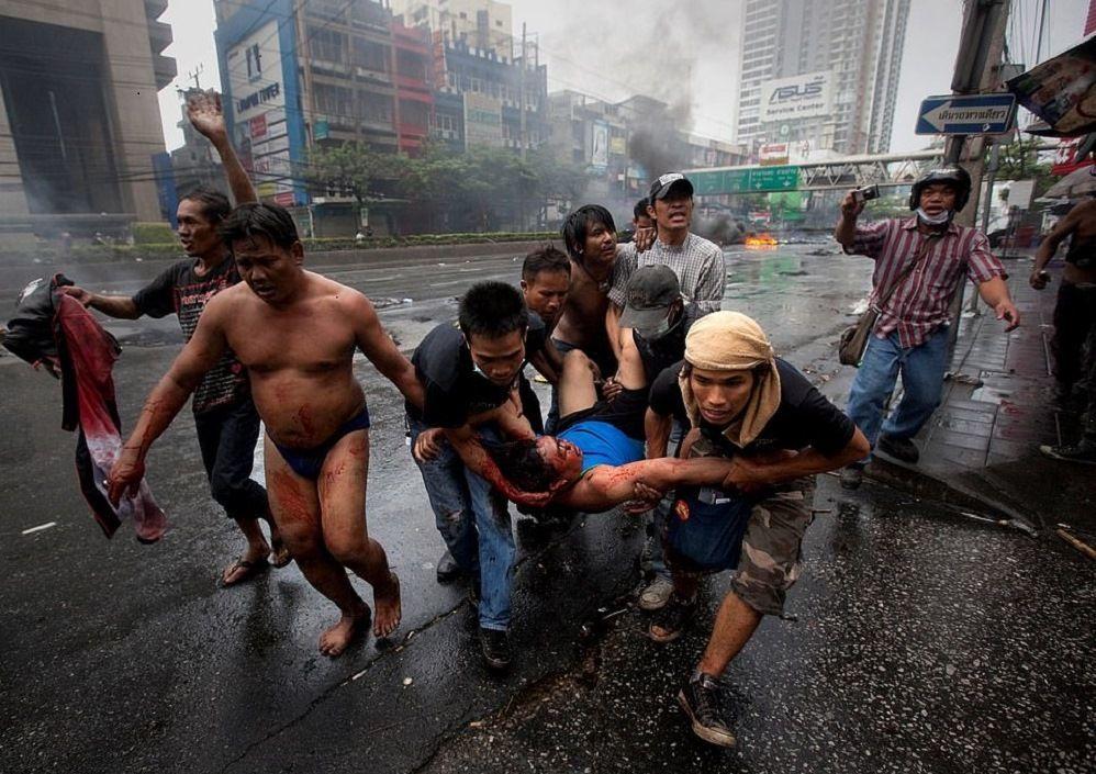 Tayland'ın başkenti Bangkok'ta hükümet karşıtı gösteriler polis şiddetiyle son buldu. 'Kırmızı tshirtlüler' olarak anılan protestocularla polis arasında  yaşanan çarpışmalarda 80'den fazla insan hayatını kaybetti. Tarih Mayıs 2010.