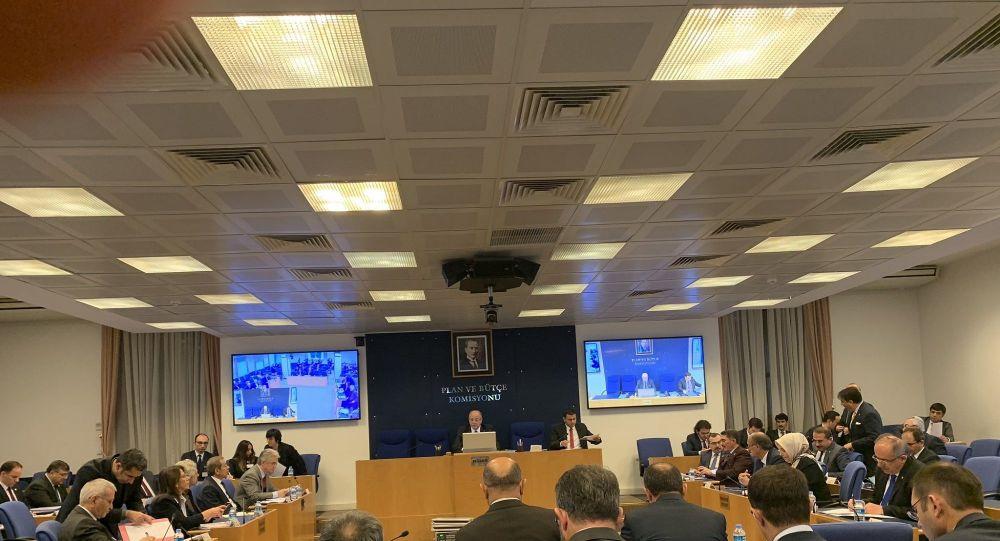 TBMM Plan ve Bütçe Komisyonu, Cumhurbaşkanı Erdoğan tarafından veto edilen termik santrallere filitre takılmasını erteleyen yasal düzenlemayi görüşüyor.