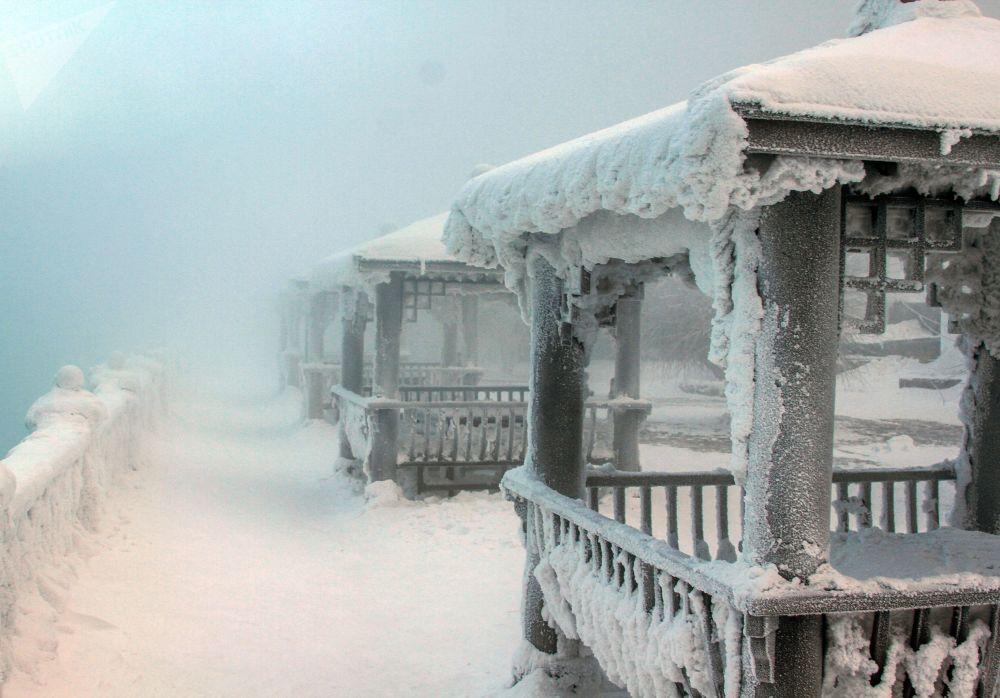 Baykal Gölü'nün kıyısında yer alan 'Baykal'ın Efsanesi' Otel alanının kış görünümü.