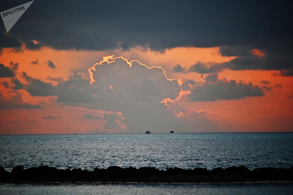 Maldiv Adaları'ndan birinden görüntülenen gün batımı manzarası.