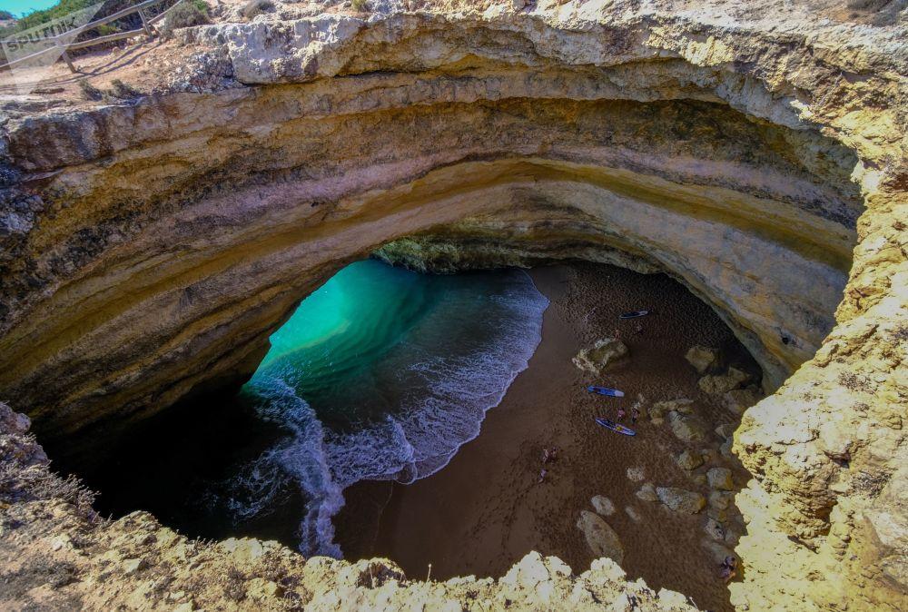 Portekiz'deki Benagil Mağarası'nın içinde bulunan plaj