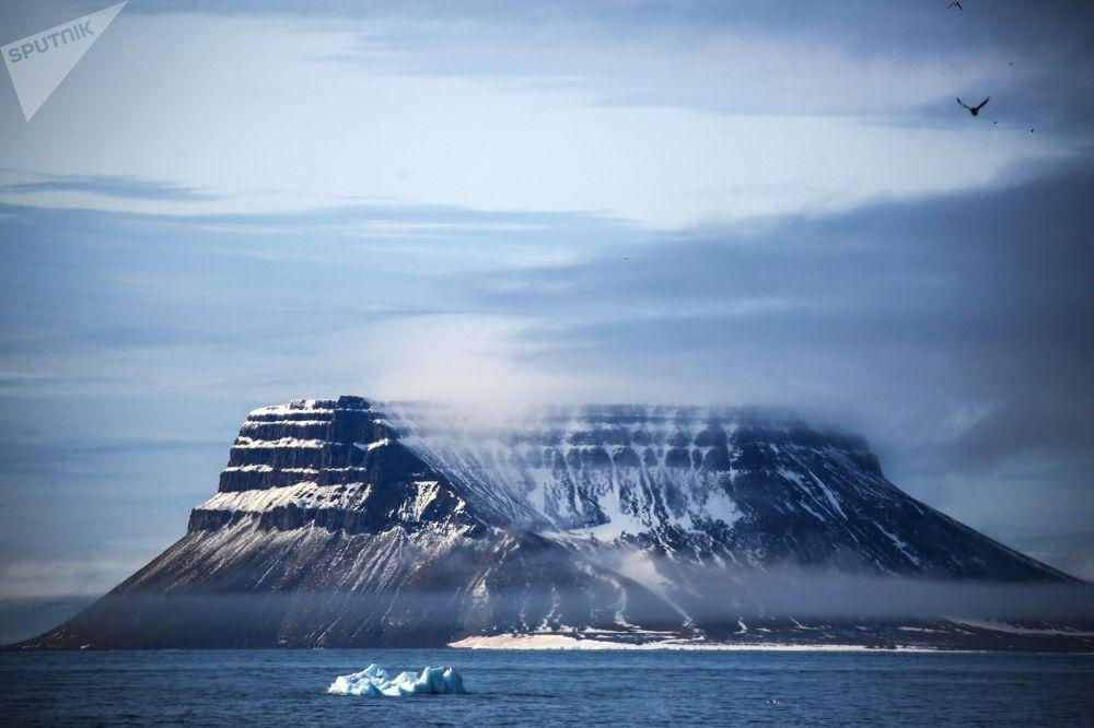 Arktik Okyanusu içinde yer alan Barents Denizi'nde Rusya'ya ait Franz Josef Toprakları adını taşıyan takımada grubunun bir adasının görüntüsü.