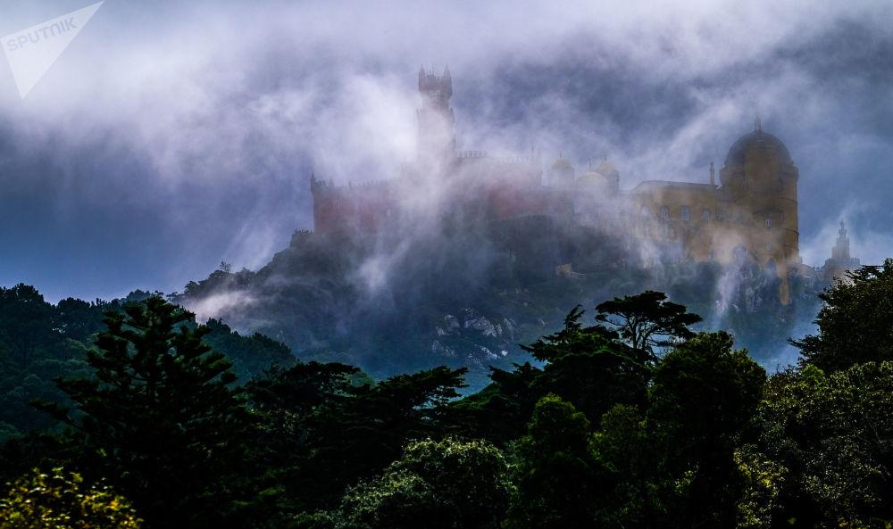 Portekiz'in Sintra kentinde bulunan Pena Sarayı'nın etkileyici görüntüsü.