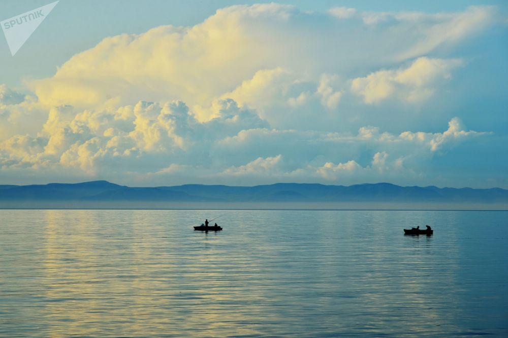 Rusya'ya bağlı Buryatya Cumhuriyeti'ndeki Baykal Gölü'nün yaz manzarası.
