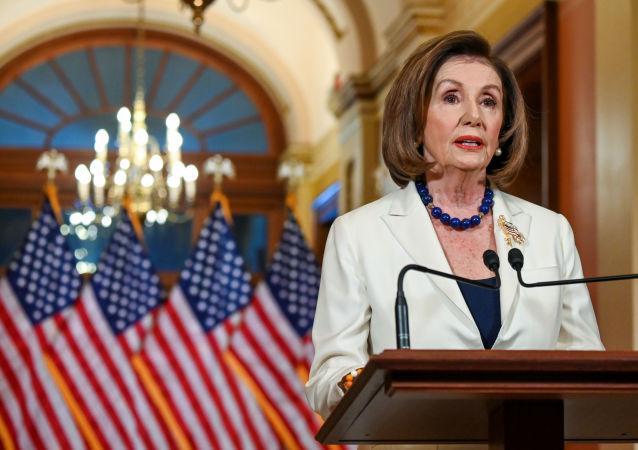 Temsilciler Meclisi Başkanı Nancy Pelosi, ABD Başkanı Donald Trump hakkındaki azil sürecinin geldiği noktayla ilgili basın toplantısı düzenlerken