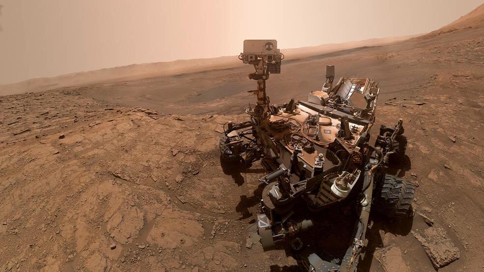 NASA'nın keşif aracı olan Curiosity, Mars yüzeyinde çalışmalar yaparken...