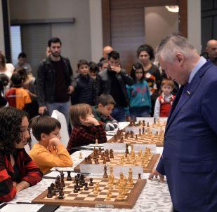 Mersin'deki Satranç Festivali'nde, 7 dünya şampiyonluğu bulunan Büyük Usta (Grand Master) Anatoly Karpov (sağda) ile berabere kalan 12 yaşındaki Işıl Cingöz (solda), büyük sevinç yaşadı.