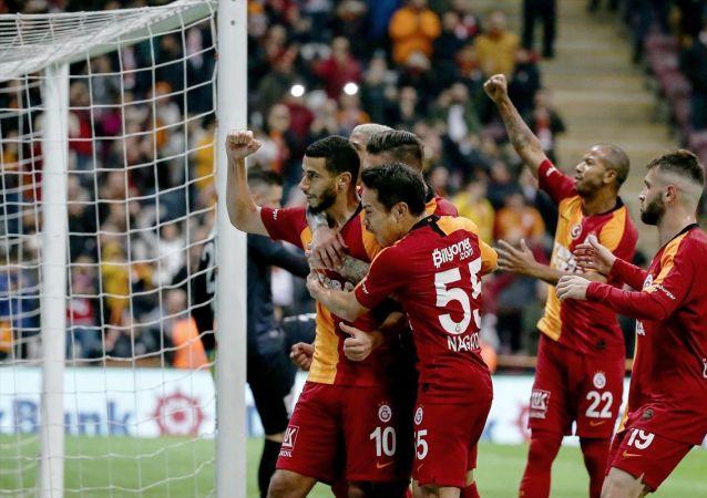Süper Lig'in 14. haftasında oynanan Galatasaray-Aytemiz Alanyaspor maçının ilk yarısı sarı-kırmızılı ekibin 1-0'lık üstünlüğüyle sona erdi.