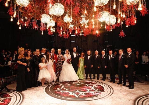 Eski Şişli Belediye Başkanı Mustafa Sarıgül'ün oğlu Ömer Sarıgül ile Revna Çakır dün akşam düzenlenen törenle evlendi.