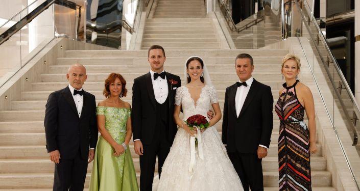 Eski Şişli Belediye Başkanı Mustafa Sarıgül'ün oğlu Ömer Sarıgül ile Revna Çakır evlendi.