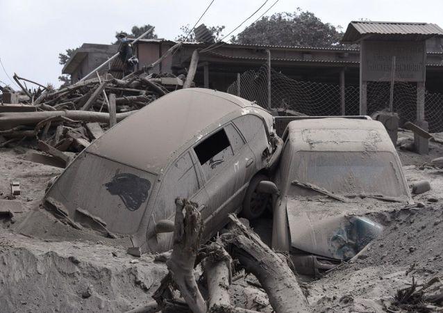 200 kişinin hayatını kaybettiği felaket sonrası başkentin 25 kilometre uzağındaki bölgeden geriye çamur ve kül kaldı.