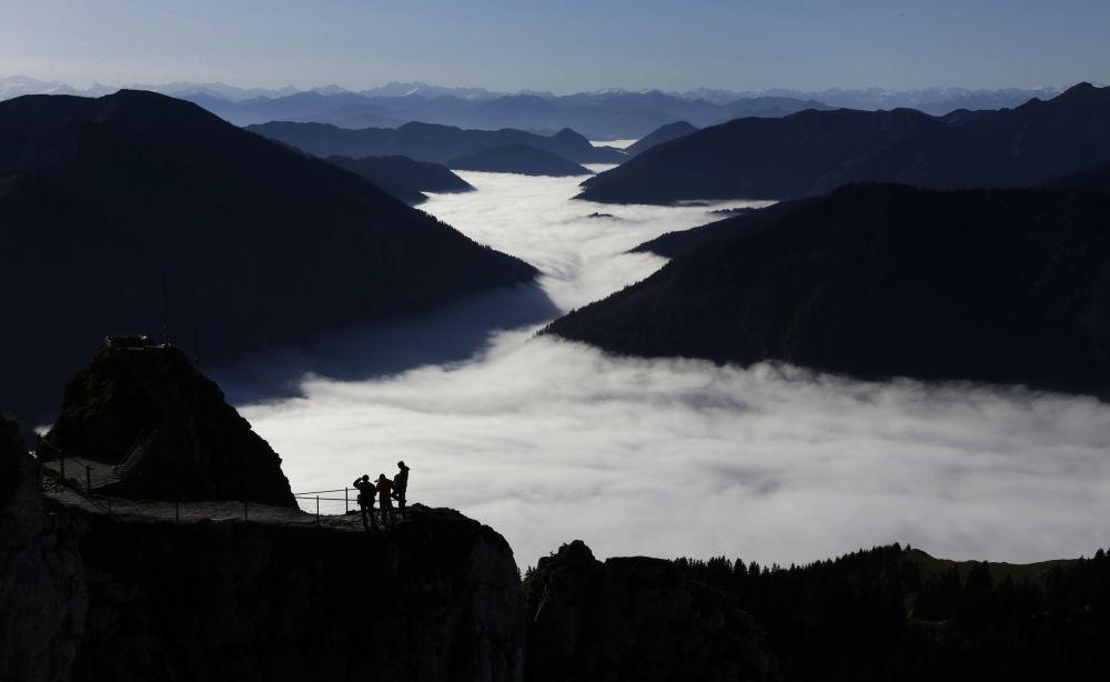 Almanya'nın güneyinde bulunan 1.838 metre yükseklikteki Wendelstein Dağı'nın zirvesinden görülen Alpler manzarası.