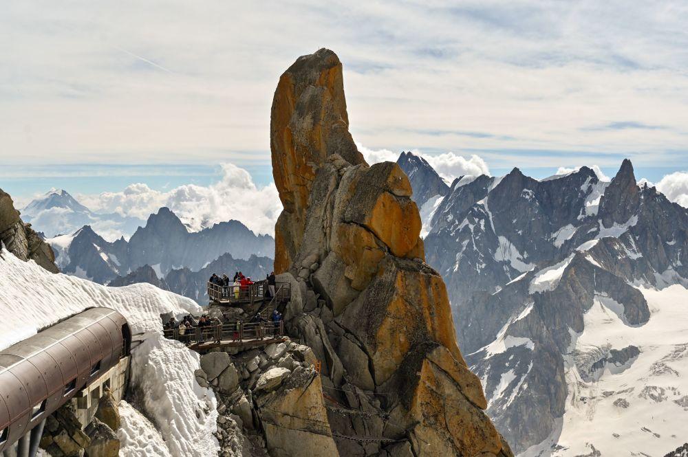 Fransız Alpleri'nin Aiguille du Midi Zirvesi'nden Beyaz Vadi manzarası.