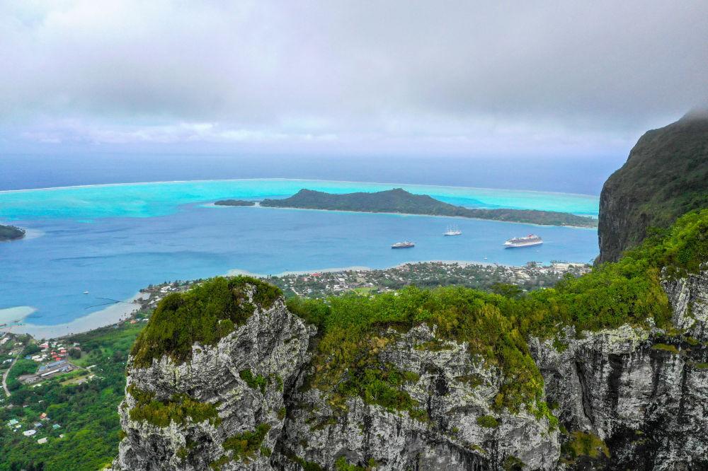Fransız Polinezyası'ndaki Mon Otomanyu Dağı'ndan Bora-Bora Adası manzarası