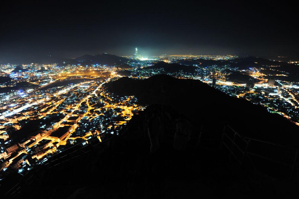Suudi Arabistan'da Kabe'ye yaklaşık 6 km uzaklıkta bulunan Cebel-i Nur Dağı'ndan Mekke'nin gece manzarası.