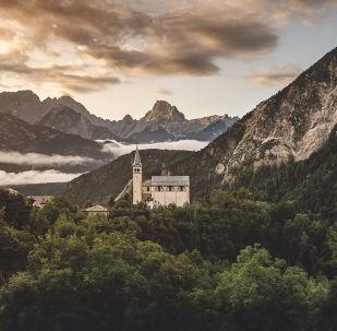 İtalya'nın kuzeydoğusunda bulunan Dolomit Dağları'nın manzarası.