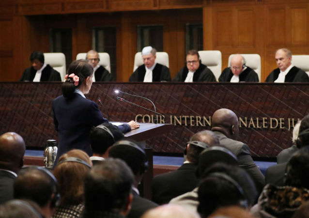 Lahey'deki Uluslararası Adalet Divan'ında Myanmar'a karşı açılan soykırım davasının ikinci gününde Aung San Suu Kyi savunma yaparken