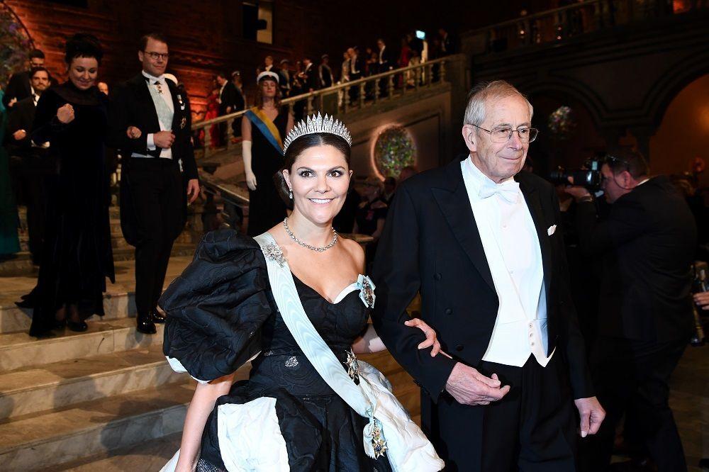 Prenses Victoria gül kabartmalı işlemelerle hareketlendirilen siyah beyaz bir balo elbisesi tercih etti.