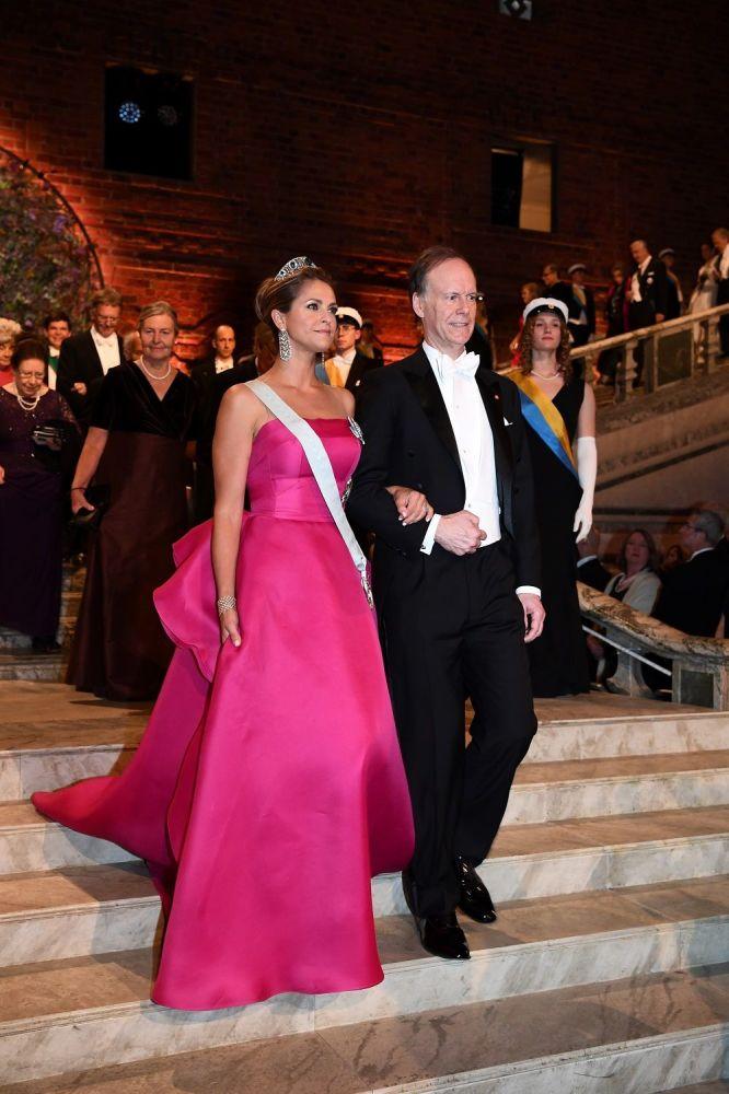 İsveç Prensesi Madeleine, straplez fuşya bir elbise ile 2019 Nobel Fizyoloji Ödülü sahibi ABD'li Profesör William G. Kaelin ile ödül töreninde yer aldı.