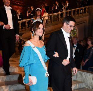 2015 yılında Prens Carl Philip ile evlendikten sonra kraliyet ailesine giren Prenses Sofia mavi renkli elbsesiyle uyumlu küpe ve tacıyla törene katıldı.