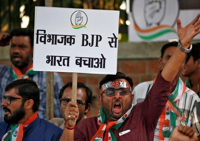 Hindistan Ulusal Kongresi Partisi'nin destekçileri, vatandaşlık yasasında değişikliğini protesto ediyor.