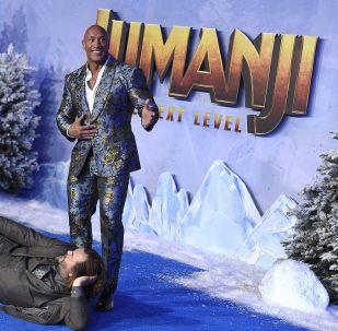 Jumanji: Yeni Seviye'nin başrollerinde Dwayne Johnson, Karen Gillan, Jack Black, Kevin Hart, Danny DeVito, Alex Wolff, Nick Jonas, Danny Glover ve Madison Iseman yer alıyor.