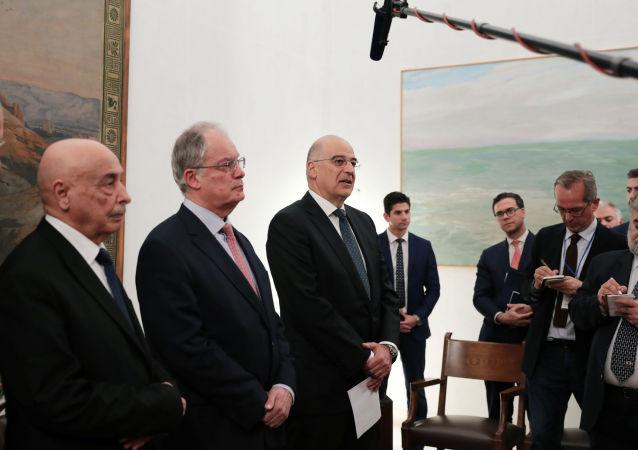 Tobruk'taki Meclis'in BaşkanıAgilaSalih İsa, Yunan Meclisi Başkanı Konstantinos Tasulas ve Yunan Dışişleri Bakanı Nikos Dendias (soldan sağa) Atina'da parlamentoda yaptıkları görüşmenin ardından ortak açıklamalarda bulunurken