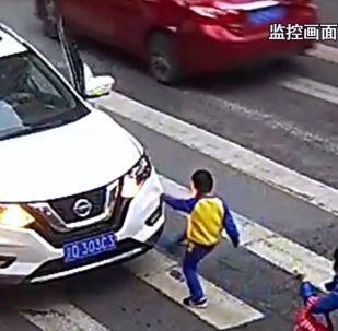Küçük çocuk, annesine çarpan otomobili tekmeledi