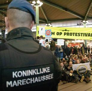 Hollanda'da iklim protestocuları havaalanını işgal etti: 26 gözaltı