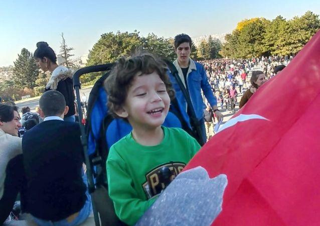 Ankara'da yaşayan ve henüz üç buçuk yaşında olan minik Deniz Eymen, kendi kendine İngilizce konuşmayı öğrendi. Eymen'in inşaat işçisi babası ve ev hanımı annesi bu durum karşısında oldukça şaşkın olduklarını ifade etti.