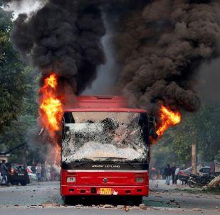 Başkent Yeni Delhi'de dün düzenlenen protestolarda otobüslerin göstericiler tarafından yakıldığı iddia edilmişti.
