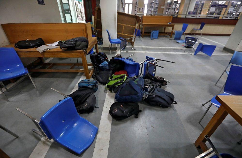 Delhi polisi, dün başkentteki Jamia Millia İslamia Üniversitesine izin almadan girerek öğrenci ve üniversite çalışanlarına biber gazı ve gerçek mermilerle müdahalede bulunmuştu.