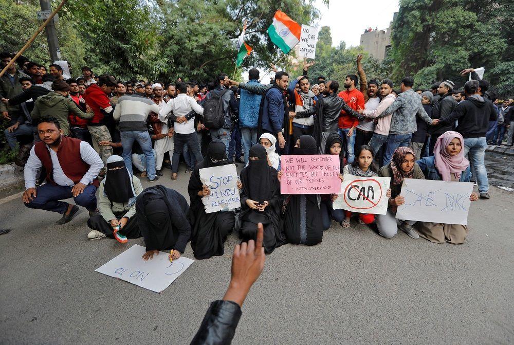 Batı Bengal eyaleti Başbakanı Mamata Banerji, başkent Kalküta'da yasa değişikliğine karşı protesto çağrısında bulundu. Eyaletin dört bölgesinde internet hizmetine erişim askıya alındı.