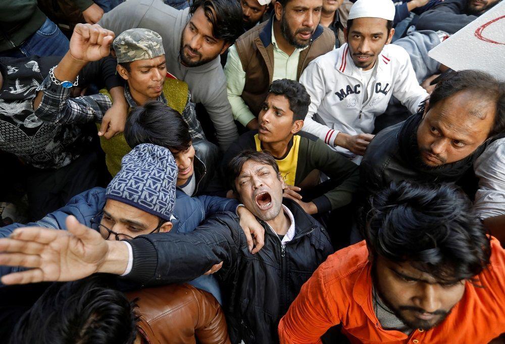 Ülkenin çeşitli eyaletlerinde 31 Aralık 2014'ten önce ülkeye giren gayrimüslim göçmenlere vatandaşlık verilmesine imkan tanıyan ancak aynı pozisyondaki Müslümanları bu kapsamın dışında tutan yasaya karşı protestolar düzenleniyor.