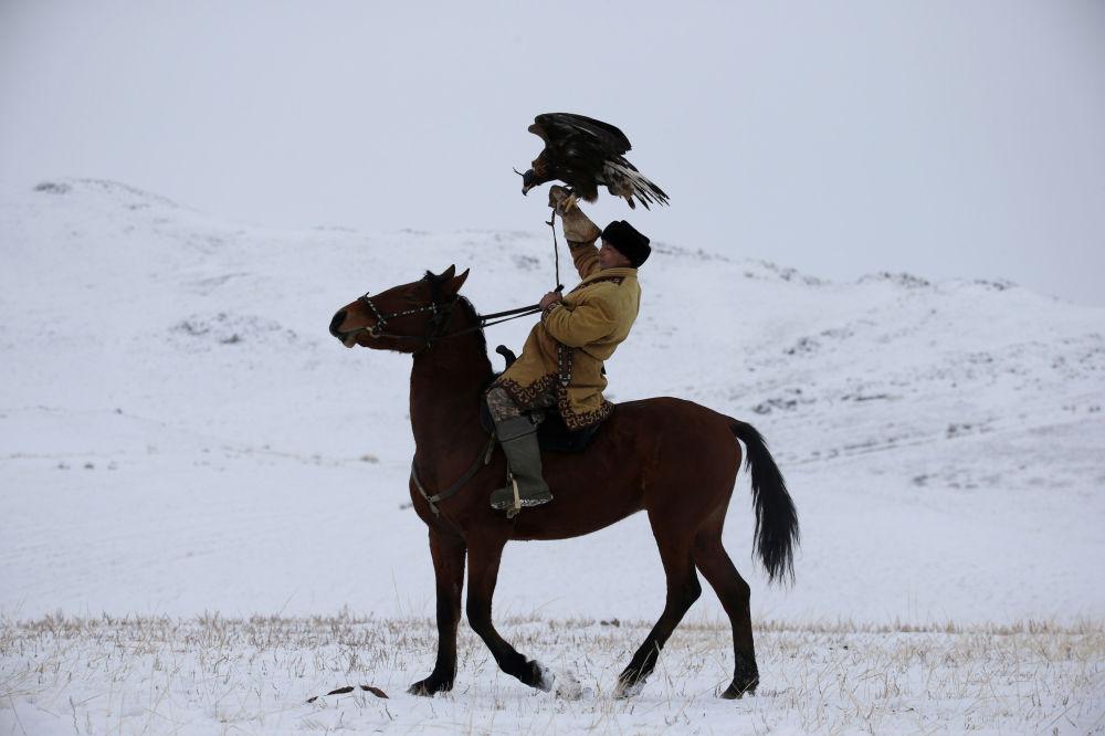 Kazak Türkçesinde, kartalı yakalayıp eğiten ve avda kullanan kişilere  kuşbeyi denilmektedir. Kuşbeyleri kartalları yavruyken yakalayarak sıkı bir eğitime tabi tutar ve iyi bir avcı olması için gerekli tüm eğitimi verir.