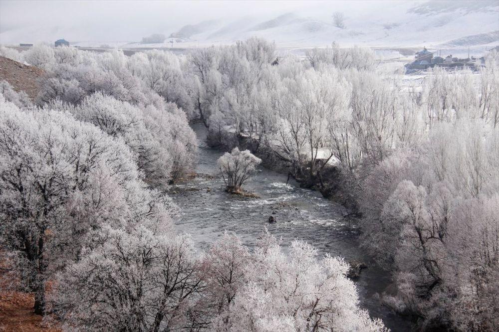 Munzur Dağları arasında yer alan 1500 rakımdaki Ovacık'ta, hava sıcaklığı gece sıfırın altında 5 dereceye kadar düştü.