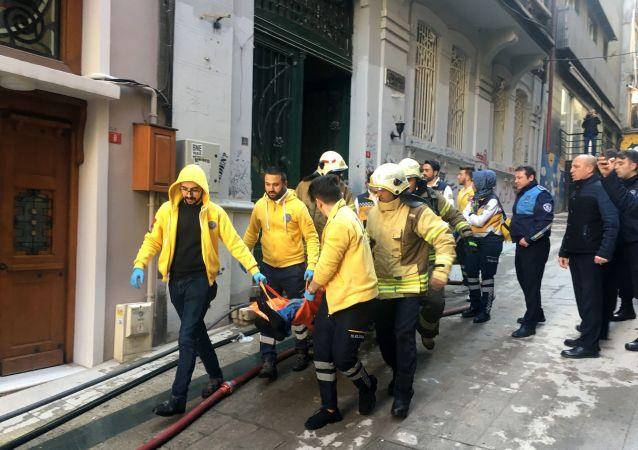 """Beyoğlu'nda arkadaşlarıyla kaldığı evi yakarak 4 kişinin ölümüne 2 kişinin yaralanmasına yol açan sanık Özkan Elmas kasten öldürmeden 4 kez ağırlaştırılmış müebbet, öldürmeye teşebbüs ve mala zarar vermek suçlarından ise 40 yıl hapse mahkum edildi. Sanık Elmas karar öncesi son savunmasında, """"En ağır şekilde cezalandırılmak istiyorum"""" dedi."""