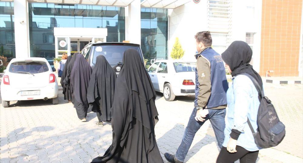 Suriye'de YPG kontrolündeki Hol Kampı'ndan kaçan IŞİD üyesi 5 kadın, Hatay'da güvenlik güçlerine teslim oldu.