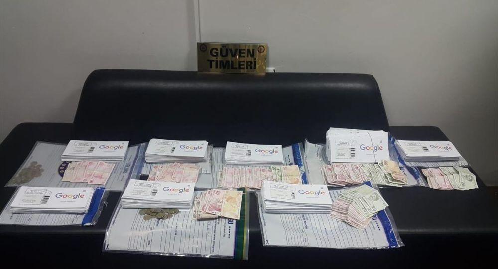 Bursa'da, sözde Google üyelik şifresi bulunan zarfları iş yerlerine sattırdığı belirlenen kişi, yakalandı. Operasyonda yapılan aramada, söz konusu zarflar ele geçirildi.