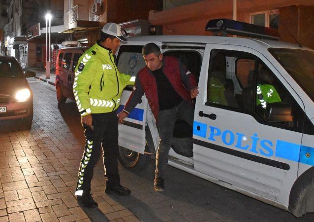 Manisa'nın Turgutlu ilçesinde kendisini polis olarak tanıtarak kimlik kontrolü yapan kişi gözaltına alındı.