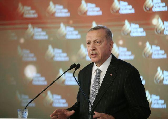 Türkiye Cumhurbaşkanı Recep Tayyip Erdoğan, Dolmabahçe Sarayı'nda düzenlenen İlim Yayma Ödülleri Töreni'ne katılarak konuşma yaptı.