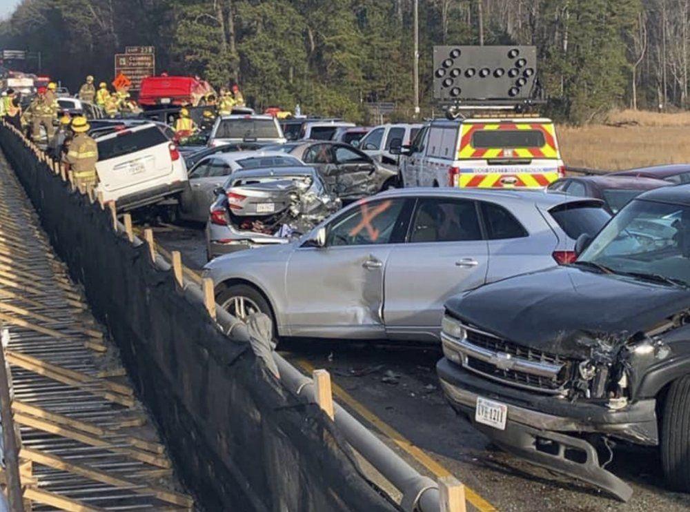 Pazar günü meydana gelen kazaya ilişkin görüntülerde, metrelerce uzunlukta araçların birbirine girdiği görülüyor.