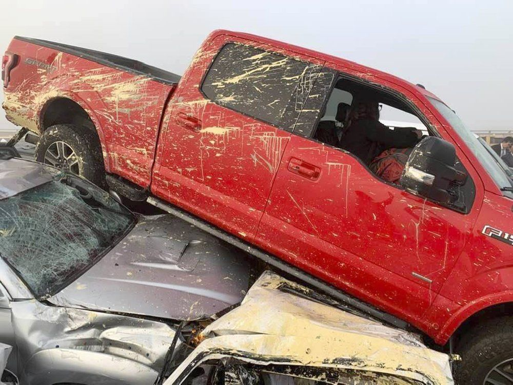 Associated Press haber ajansına konuşan bir tır şoförü, sis nedeniyle yavaşladığı sırada önündeki araçların üst üste dizilmeye başladığını gördüğünü söyledi.