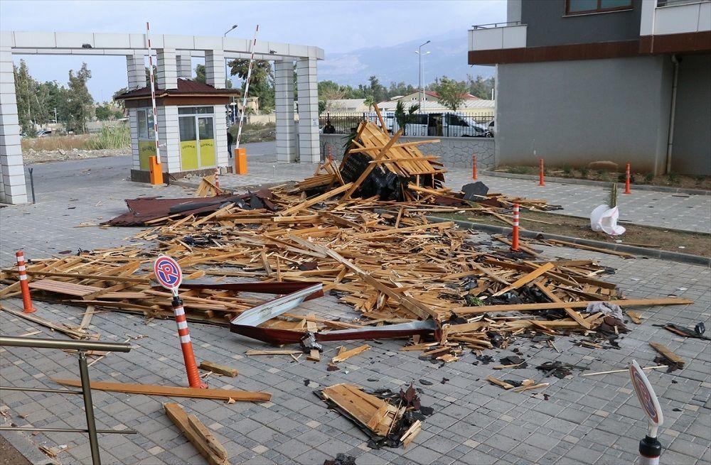 Site sakinlerinin haber vermesi üzerine olay yerine gelen polis ekipleri, yaptıkları incelemede bina ile 3 otomobilde hasar oluştuğunu tespit etti.