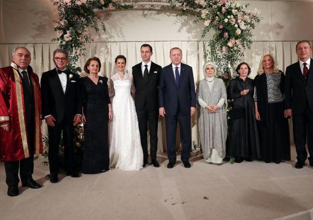 Türkiye Cumhurbaşkanı Recep Tayyip Erdoğan (sağ 2) ve eşi Emine Erdoğan (sağda), Milli Savunma Bakanı Hulusi Akar'ın oğlu Selim Akar (sol 2) ve Melis Kahya (solda) çiftinin nikah törenine katıldı.