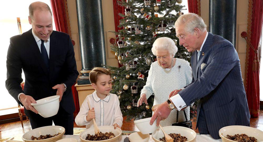 Prens George, İngiltere Kraliçesi Elizabeth ile Noel pudingi yaptı