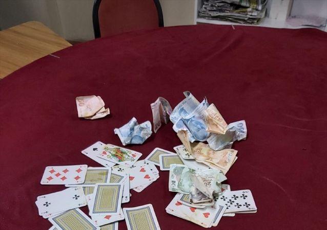 Malatya'da bir yardımlaşma derneğinde kumar oynarken yakalanan 3 kişiye, 3 bin lira idari para cezası uygulandı. Ele geçirilen kumar malzemeleri ile 875 liraya el kondu.